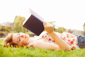 женщина читает книгу1