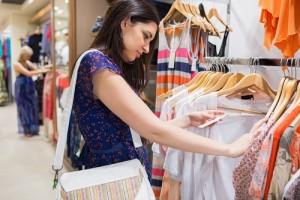 Девушка выбирает одежду на распродаже222