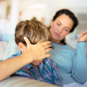 Родителей часто шокирует ситуация, когда в начале учебного года их ребенок вдруг говорит: «Я не хочу идти в школу». До этого, казалось бы, ребенок не испытывал никаких проблем в учебе и общении с одноклассниками. Что пошло не так? Есть много возможных объяснений этого отказа. Маленькие дети часто считают, что обучение в школе -- это  просто временный период. Первые несколько недель в школе им интересно и весело. Но когда становится ясно, что школа будет продолжаться «бесконечно», дети могут внезапно передумать посещать ее. В общем, детям больше нравится сидеть дома в пижаме, играя с их игрушками в окружении людей, которых они любят. Почему они должны выходить из дома и общаться с учитеями и одноклассниками, к которым далеко не всегда испытывают симпатию? Другим возможным объяснением является то, что школьное обучение является очень напряженным и утомительным занятием для детей. Они должны сидеть и сосредоточиться во время урока, следовать правилам поведения в классе и выполнять определенные обязанности в течение всего дня. Для этого требуется много сил и самообладания, поэтому для маленького ребенка может показаться проще остаться дома. Со временем, однако, дети приспосабливатся к этим требованиям, и уже с нетерпением ожидают возможности посещать школу. Дети также отказываются ходить в школу, если им не нравится что-то, что там происходит. Если они не имеют друзей, их могут дразнить другие дети, или же они могут испытывать некоторые разногласия с учителями. В таком случае ребенок может протестовать против посещения школы. Прежде чем сделать какие-либо выводы и предположения, вам необходимо разобраться в ситуации. Вот как это сделать: Поговорите с вашим ребенком. Спросите его, что именно заставляет его чувствовать себя несчастным в школе. Возможно, кто-то обижает его или ранит его чувства? Это может быть небольшая проблема, которая беспокоит его, например, стеснительность. Или что-то более огорчительное, например, ситуация, когда его лучший друг начал играть с другим